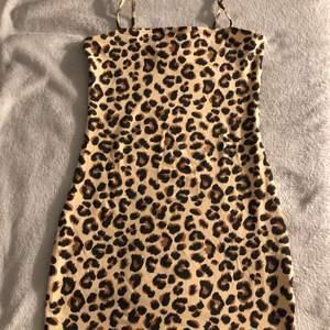 En helt oanvänd leopard klänning❤️                               Är i stl xs, men kan passa s🤩                                                                      100kr ikl frakt🥰