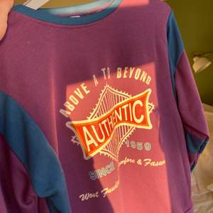 Helt oanvänd lila och blå sweatshirt som jag köpte hem men tyvärr inte passade i. På sista bilden kan man se trycken som finns på tröjan. Ganska tjockt tyg så den är perfekt nu i vinet och vår! Även svenska sommarkvällar;) Nypris 250kr