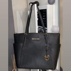 En helt oanvänd MK väska köpt från Zalando för 2500kr. Aldrig används då jag haft andra MK väskor som jag använt istället. Michael Kors påse finns kvar från köpet! Pris kan disskuteras. Vid intresse kan flera bilder tas!☺️