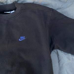 Säljer denna sjukt eftertraktade nike sweatshirten! ✨Äkta✨ STRLK: M !  Finns mer liknande på @vaning01 på instagram.  ❗️Minsta höjning: 25kr ❗️Budgivning i kommentarerna såld 866kr