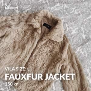 Beige fauxfur jacka ifrån Vila storlek L. Funkar för en M också! Köparen står för frakt om skickas annars möts jag upp i centrala Stockholm eller Västerås ☺️