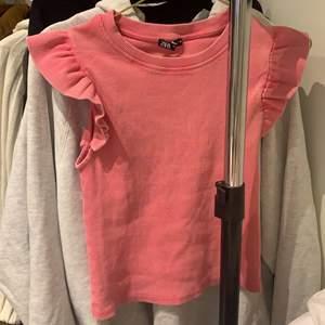 Söt liten topp i rosa från zara, nytt skick och aldrig använd, säljer för att den inte riktigt är min stil, frakt tillkommer.