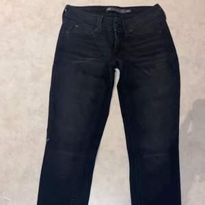 Ett par lågmidjade svarta levis skinny jeans i storek 3/26. Aldrig använda då jag inte andvänder lågmidjat så alltså har dem ändast legat i min garderob! Köparen står för frakt och jag tar ensast swish!