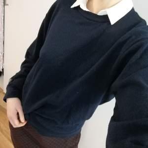 Fin mörkblå tröja av märket Krone. Preppy och stylish, den är oversized på mig som har small eller medium vanligtvis, så skulle säga att den passar xs, s, medium och ev large beroende på hur stor man vill ha den (står ingen storlek i). Använt skick men fortfarande fin. Fraktas eller hämtas i Hökarängen.
