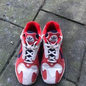 Adidas Yung 1 i gott skick. Size 45 1/3 Passar herr med storleken 44-45.   Hämtas i Lund eller skickas.
