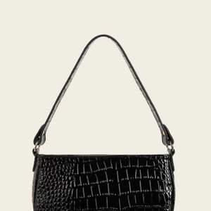 Helt ny och oanvänd svart väska med krokodilmönster. Fick hem idag men kände att det inte riktigt var min stil att ha såna väskor ändå. Men superfin!