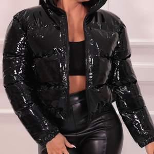 Säljer denna jacka köpt på chiquelle! Lånade bilder. Den är i så gott som nytt skick! Ett litet hål längs ner men inget som syns! Skriv för fler bilder