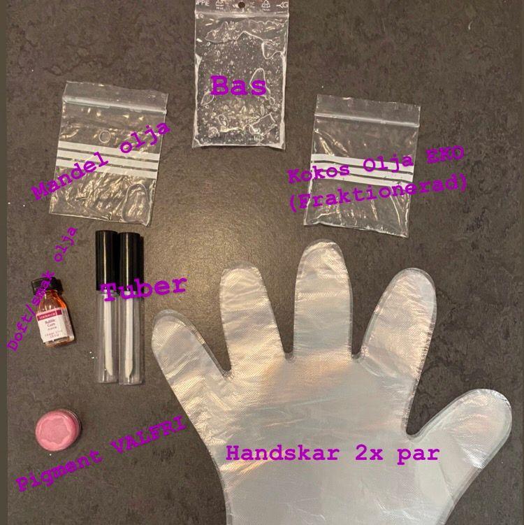 ✨Gör det själv läppglans kit!✨ Allt du behöver för att göra dina egna läppglans!❤️👄🥳                            Gör detta för att jag inte tycker att det är kul längre, ser ej att andra gör kit här heller så tänkte att jag kan börja göra det!🥰✨👄                                                Varje kit innehåller:                                                        •Läppglans bas (neutral)                                              •Mandel olja (söt)                                                          •Fraktionerad kokosolja EKOLOGISK                           •Pigment (valfri färg)                                                     •Doft/Smak olja (godkända)                                         •Tuber (2 stora elr 3 små)                                           •Handskar 2 par                                                              🥰I LAGER: 2/3 med små tuber~0/1 med stora tuber        Priser: Små tuber= 65kr💖👄 Stora tuber: 75kr            Fraktfriare: Små tuber=48kr Stora tuber=48kr🛑OBS!🛑 ENDAST TÄNKT ATT DU GÖR SJÄLV ELR MED EN KOMPIS! OM DU SKA GE BORT TILL FAMILJ ANVÄND MINSKYDD OCH UPPSATT HÅR SAMT DISINFEKTERA ALLT! OM DU GÖR SJÄLV BEHÖVS EJ DETTA!❤️                                                    Recepten på hur du gör läppglansen skickar jag över endast efter betalning från köpare pga att det blir fler och fler som gör läppglans och vill ej sprida mina recept hur som helst☺️💖                             . Accessoarer.