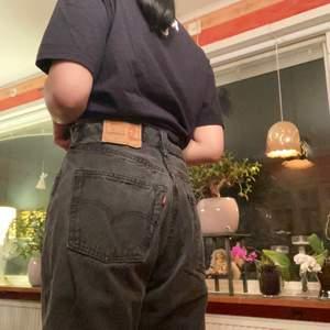 Köpta på Plick, men är för stora. Är 154 cm och mitt midjemått är ungefär 69-70 efter att ha ätit. Måttet i midjan på byxorna är 76 cm, och insidan av benet är ca 66 cm. Köparen betalar frakt (63 kr)! Budgivning om fler är intresserade.