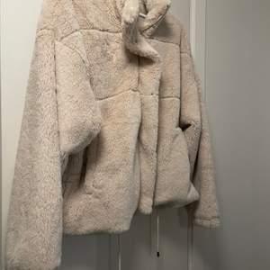 Beige/krämvit pälsjacka. Använd 2-3 ggr förra vintern. Budgivning om flera är intresserade :)