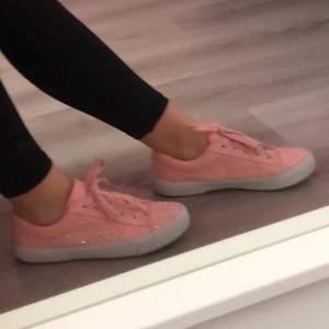 Rosa skor med diamanter på, är dock lite smutsiga som ni ser på andra bilden men går säkert att tvätta bort 💞  Storlek 38