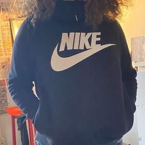 En svart Nike hoodie med fickor och luva, Kontakta mig för mer info:)