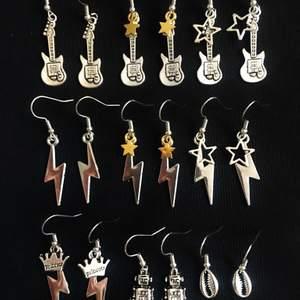 Dessa örhängen finns även i guld, de flesta💞 blixt & gitarr-89kr/st 💞 kedja-59kr/st 💞 resterande-49kr/st