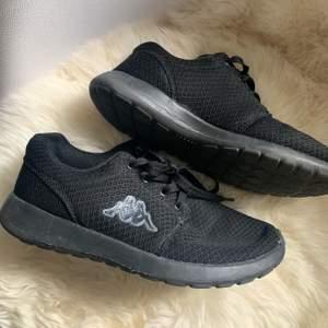 Svarta skor ifrån kappa, storlek 38