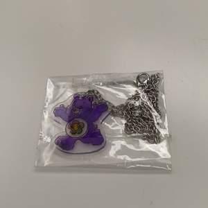 Oanvänt halsband med lila carebear! Jättefint