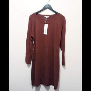 Supersnyggt stickadklänning frå  INDISKA. Den är oanvänd med lappar kvar. Vinröd