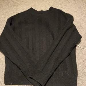 Skön svart stickad tröja från monki!