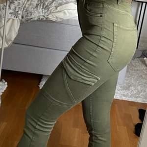 Snygga högmidjade cargo pants från Pull & Bear i storlek 36, passar både en S och XS. Jag är 165 cm lång och de är i perfekt längd för mig :)