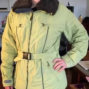 Speciell supersnygg jacka, perfekt nu i höst/vinter!