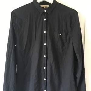 Whyred skjorta svart storlek 40