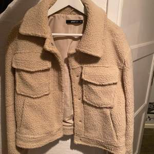 Beiga jacka i teddymaterial och kort modell. Använd under 1 vinter. Storlek: 36. Kostaden är 150kr + frakt