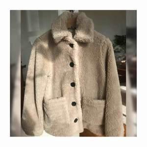 Teddy jacka använd endast en gång. Köpte förra året för  1150 kr. Säljer pga att den inte var min stil.❣️