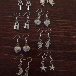 Jätte fina örhängen med silverfärgade berlocker, kommer att kosta 50kr styck!! Kan göra flera om flera är intresserade. Det är bara att höra av sig!! Vi kan frakta och även mötas upp i stockholm💖💕