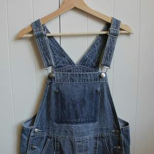 Lovely dungarees with SOS detail in the back! ❤ adjustable straps & big pockets. Let me know if you have questions! Bought for quite expensive in a vintage shop, thus the price.