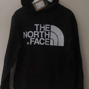 Svart The North Face hoodie/trjöja i storlek M. Fri frakt