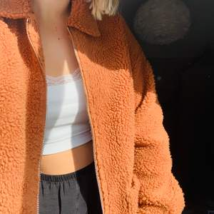 Superfin Teddy jacka i brun/orange färg🧡 Storlek 36/S men är oversized då jag i vanliga fall använder 38/M.🧡