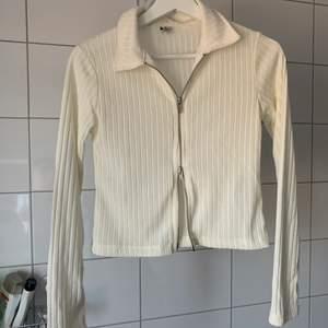 Trendig Oanvänd tröja då den var för liten för mig eftersom jag har storlek S, köpt från Nelly för några månader sen. Hör av dig om du är intresserad eller har frågor.