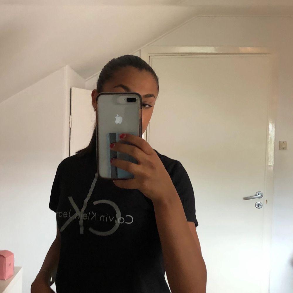 Väldigt fin Calvin Klein tröja. Köpt för 3 år sen! Frakt tillkommer på 63kr o skriv vid fler frågor💕💕. T-shirts.
