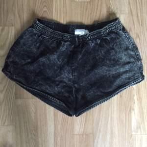 Stentvättade svart jeansshorts från American Apparel  strl M. Fint skick.