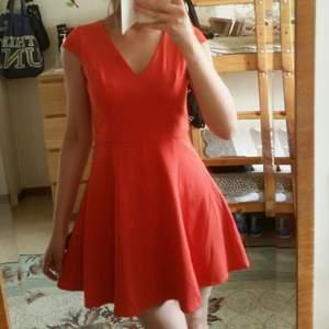 Jätte fint klänning. Ser mycket bättre ut på verkligheten. Köpt här från plick. Aldrig använt. Säljer p.g.a för kort för mig. Jag inte bär korta klänningar.