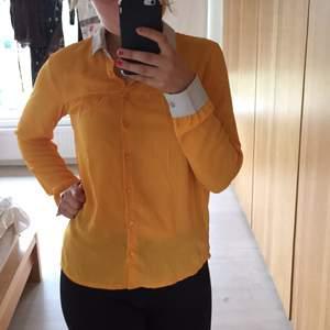 Solgul blus/skjorta med vita detaljer, från Monki