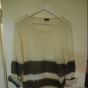 Stickad tröja från Serious Sally i strl 40 som går ner över rumpan och halva låret. Går att ha som klänning eller lång tröja!