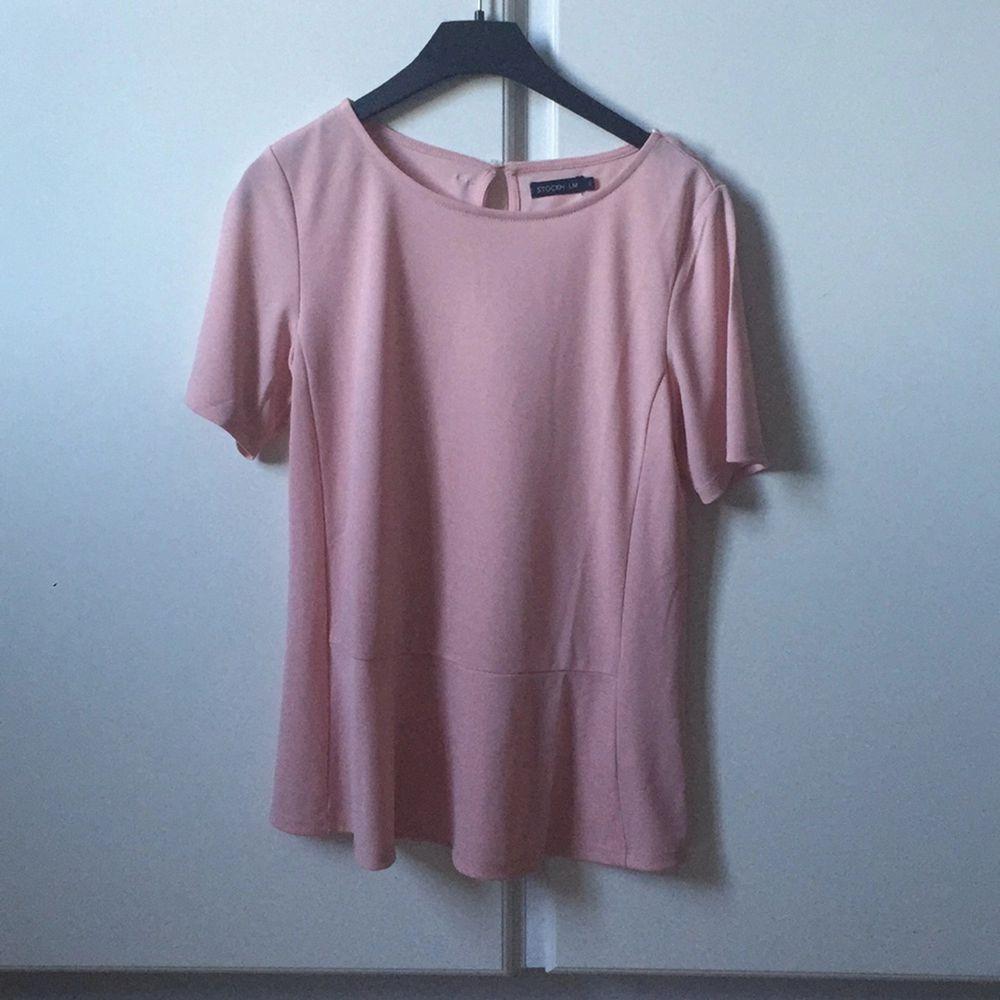 EN gång använd topp från MQ, märket Stockholm. Köpt för 399:-. Stor XS, blir lite pösig. Funkar som S! Pris kan diskuteras.. Skjortor.