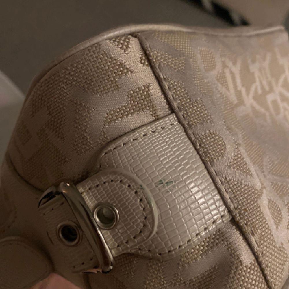 Säljer denna fina dkny väska då jag inte får någon användning av den. Den är i jättefint skick!💕 Om flera är intresserade blir det budgivning! Eller köp direkt för 400kr🥰. Väskor.
