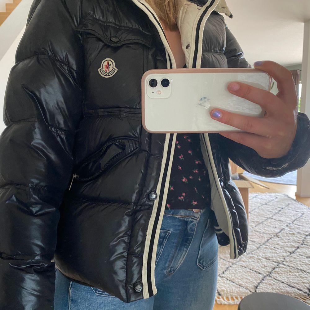 Lägger ut min jacka igen eftersom den som skulle köpa nekade. Bud från 2500❤️ passar S-M. HÖGSTA BUD :3100. Jackor.