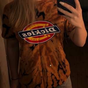 Blekt dickies T-shirt för den lite mer originella personen i storlek xs.