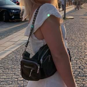 Dags att sälja min älskade noella väska i militär grön färg. Väl använd men i fint skick. Finns några slitningar, men inget man tänker på!💖 nypris:700kr