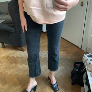 Gråa jeans från Bershka. Går till under naveln och har en avklippt look. Storlek 36, jag är 173 lång! Frakt kostar 59kr