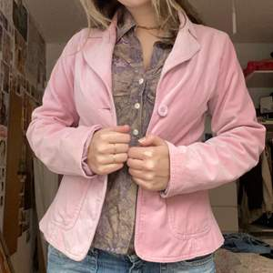 baby pink velvet. in good condition. tag sag large but i usually wear a s/m in jackets and i think it fit nicely on me but it depends on how you like your jackets to fit.
