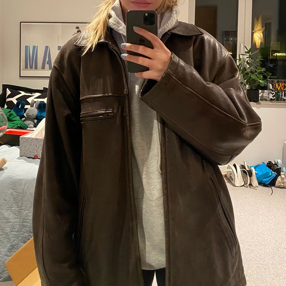 Säljer den här bruna skinnjackan som jag köpte second hand. Den är i äkta läder! buda från 250kr, eller köp direkt för 400kr. Jackor.