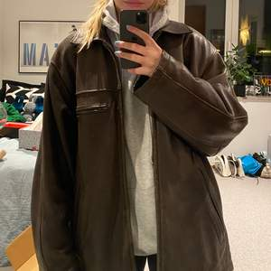 Säljer den här bruna skinnjackan som jag köpte second hand. Den är i äkta läder! buda från 250kr, eller köp direkt för 400kr