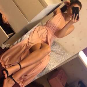 En ljusrosa klänning i storlek 36 från Asos. Köpt för 799kr säljer för 400kr. OBS oanvänd!