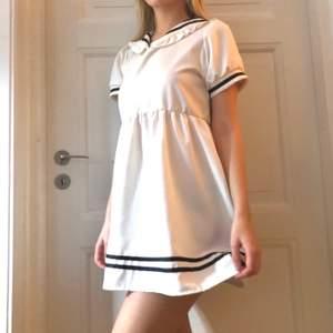 Cute kort sailorklänning med krage 🌸