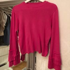 En superfin lite tjockare tröja. Långärmad med räfflade volanger, köpt för 600 aldrig använd