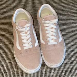 Fina rosa mocka skor från Vans i stlk 37. Använda endast ett fåtal gånger. Behandlade med Scotchguard som ger en vattenavvisande effekt! Köpta för 899 kr⭐️ BUDA I KOMMENTARSFÄLTET ELLER PRIVAT!