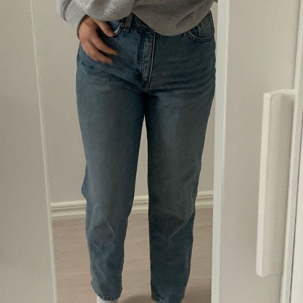 Monki Taiki Jeans jag ej använder längre pga jag inte gillar passformen. Köpta för 400 men säljer för 150. Jättefina och bekväma och äen högmidjade. Pris kan diskuteras! . Jeans & Byxor.